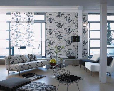 Japonské inspirace v interiérech - Sofa čalouněné látkou s černobílým tiskem Pagoda Toile, stejná látka je použita na roletách. Tapety na zdi jsou také v dekoru Pagoda Toile. Sezení vpravo je člouněné damaškem Netsuke a Ibuki. - foto: © Designers Guild