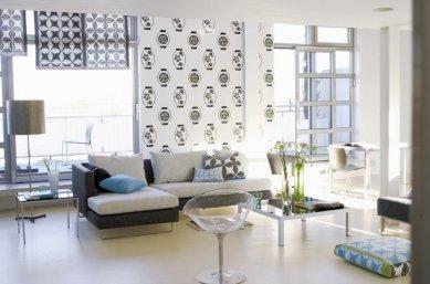 Japonské inspirace v interiérech - Na zdi černobílé tapety Kabuki Lanterns, na roletách je použitý vzor Tatami. Sofa je čalouněné černou látkou Fitzroy, polštáře v dekoru Tatami a Hanabashi. - foto: © Designers Guild