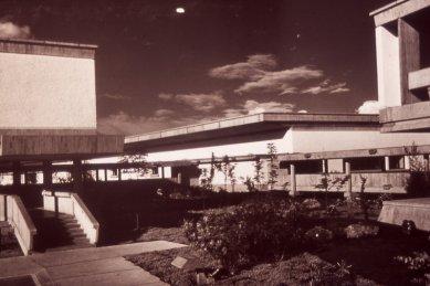 Moderní architektura v Kolumbii - Laboratorios Abbottm, G. Samper, 1961