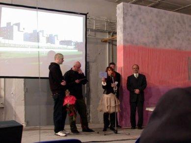 Cena ARCH 2005 byla udělena - Henrieta Moravčíková představuje destičky - foto: Petr Šmídek