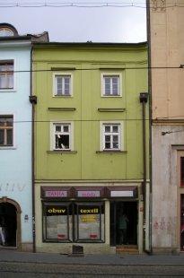 Další dům v Olomouci znehodnocen hernou - Pohled na fasádu domu před výměnou původních kastlových oken za plastová - foto: Mgr. Jan Kubeš