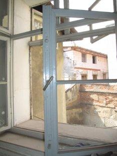 Další dům v Olomouci znehodnocen hernou - Původní kastlová okna z 19. století. Dnes vyměněná za plast - foto: Mgr. Jan Kubeš