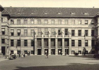 Roithova Ústřední knihovna osmdesátiletá - Budova Ústřední knihovny - foto z roku 1947