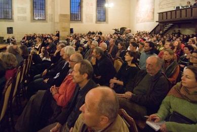 Peter Zumthor: 3 stavby, 4 projekty - Zaplněný Betlémské kaple čeká na začátek přednášky. - foto: Petr Šmídek, 2009