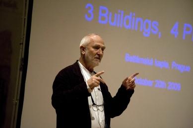 Peter Zumthor: 3 stavby, 4 projekty - Úvodní proslov než se přednáškový sál opět zahalí do tmy. - foto: Lucie Mlynářová, 2009