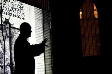 Peter Zumthor: 3 stavby, 4 projekty - Zumthor před fotografií muzea Kolumba v Kolíně nad Rýnem. - foto: Lucie Mlynářová, 2009