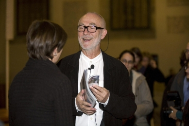 Peter Zumthor: 3 stavby, 4 projekty - Přes úvodní komplikace zůstala Zumthorovi i po přednášce dobrá nálada. - foto: Lucie Mlynářová, 2009