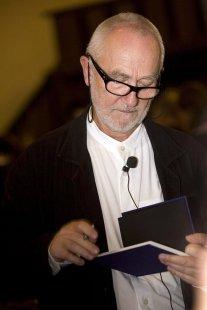 Peter Zumthor: 3 stavby, 4 projekty - Peter Zumthor podepisuje český překlad své knihy Promýšlet architekturu. - foto: Lucie Mlynářová, 2009