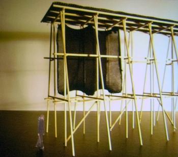 Peter Zumthor: 3 stavby, 4 projekty - Dřevěný model několika polí pomníku upáleným čarodějnicím ve Finnmarku.