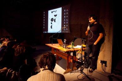 Bez hranic - postřehy z březnové přednášky Kruhu   - Moderátorem celého večera byl Marek Kopeć. - foto: Tomáš Souček, 2010