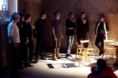 Bez hranic - postřehy z březnové přednášky Kruhu   - Na otázky z publika postupně odpovídali všichni přednášející. - foto: Tomáš Souček, 2010
