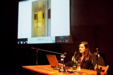 Bez hranic - postřehy z březnové přednášky Kruhu   - Z Ireny Hrabincové se v londýnské kanceláři Evy Jiřičné stala specialistka na skleněná schodiště. - foto: Tomáš Souček, 2010