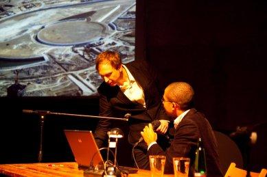 Bez hranic - postřehy z březnové přednášky Kruhu   - Miron Mutyaba a Tomáš Rabl se podelil o zkušenosti z londýnské kanceláře Zahy Hadid. - foto: Tomáš Souček, 2010