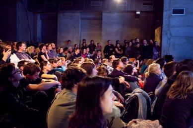 Bez hranic - postřehy z březnové přednášky Kruhu   - Zcela zaplněný sál pražského NoD. - foto: Tomáš Souček, 2010