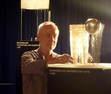 Peter Zumthor představil novou městskou věž v Isny - Petr Zumthor s modelem nové věže v Isny - foto: archiv Happy Materials