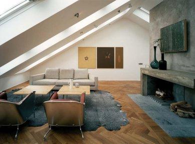 Promyšlená rekonstrukce nabízí udržitelný způsob výstavby - K dynamice prostoru přispívají i kombinace různých materiálů a práce s barvami. Chladné tóny zjemňuje dřevěná podlaha a další dřevěné prvky například v podobě obkladu či konzolového schodiště. - foto: Åke E:son
