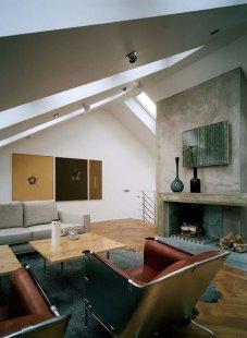 Promyšlená rekonstrukce nabízí udržitelný způsob výstavby - K prosvětlení interiéru byla použita bezúdržbová střešní okna VELUX. Pásy střešních oken dodávají interiéru nejen dostatek denního světla a čerstvého vzduchu, ale vytváří i dominantní prvek prostoru.  - foto: Åke E:son