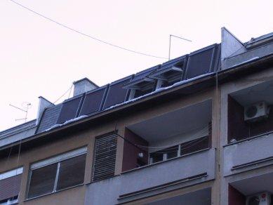 Promyšlená rekonstrukce nabízí udržitelný způsob výstavby - Zastřešení terasy přirozeně navazuje na původní fasádu, takže při pohledu z ulice není změna téměř viditelná. Střešní okna jsou navíc chráněna venkovní markýzou VELUX, aby nedocházelo k přehřívání interiéru. - foto: Damir Fabijanic