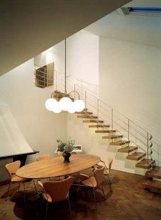 Promyšlená rekonstrukce nabízí udržitelný způsob výstavby - : K dynamice prostoru přispívají i kombinace různých materiálů a práce s barvami. Chladné tóny zjemňuje dřevěná podlaha a další dřevěné prvky například v podobě obkladu či konzolového schodiště. - foto: Åke E:son