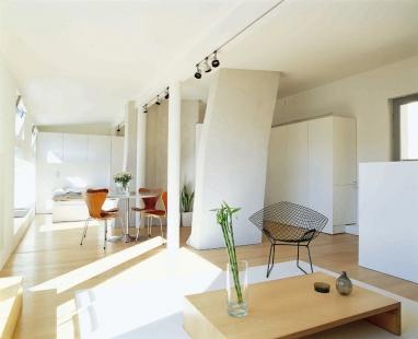 Promyšlená rekonstrukce nabízí udržitelný způsob výstavby - Omezený prostor opticky zvětšují světlé barvy, které jsou oživeny pečlivě vybranými kusy nábytku.