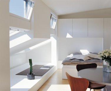 Promyšlená rekonstrukce nabízí udržitelný způsob výstavby - K prosvětlení interiéru byla použita výklopně-kyvná střešní okna a svislá doplňková okna VELUX s bílým nátěrem, která korespondují s atmosférou celého interiéru.