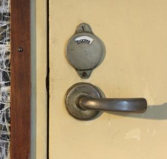 Vila JUDr. Eduarda Lisky na Slezské Ostravě - Bazalech - Detail kliky wc v obytném podlaží - foto: Antonín Dvořák / SPOK