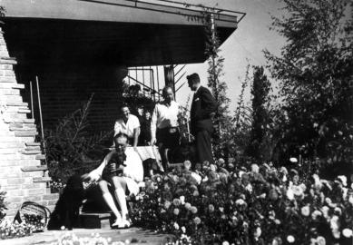 Vila JUDr. Eduarda Lisky na Slezské Ostravě - Bazalech - 13.9.1936  Hans Scharoun a Lubomír Šlapeta na terase Baenschovy vily - foto: soukromý archiv prof. Vladimíra Šlapety