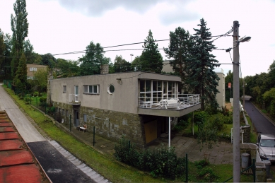 Vila JUDr. Eduarda Lisky na Slezské Ostravě - Bazalech - Severní průčelí a sousední rodinné domy - foto: Jakub Kopec