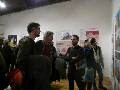 Výstava – Věra a Vladimír Machoninovi 60' / 70' - Z vernisáže; uprostřed Tomáš Novotný - foto: Archiweb